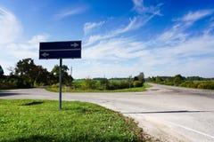 Straße mit Zeichen Unbelegte Verkehrsschilder Sommer lizenzfreie stockfotos