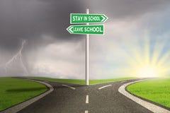 Straße mit zwei Wahlen, zum der Schule zu bleiben oder zu verlassen Lizenzfreies Stockbild