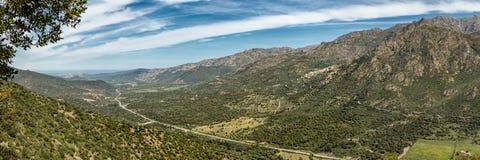 Straße N197 geht in Richtung zur Küste in Korsika voran Lizenzfreie Stockbilder