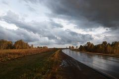 Straße nach Regen Stockbilder