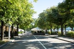 Straße nah an See im Sommer Stockbild