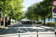 Straße nah an See im Sommer Lizenzfreie Stockfotografie
