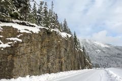 Straße nahe bei Klippe bedeckte Berg lizenzfreies stockbild