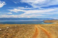 Straße nahe dem See am sonnigen Tag Lizenzfreie Stockbilder