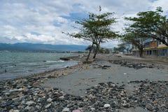 Straße nahe Küstenlinie Dmage nach Tsunami-Schlag Palu On am 28. September 2018 lizenzfreie stockfotos