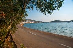 Straße nahe Meer Stockfoto