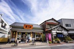 Straße Naritasan Omotesando hat einen Shop Das berühmte Restaurant und der Bestimmungsort ist, Ehrerbietung zu Tempel Naritasan S stockbilder