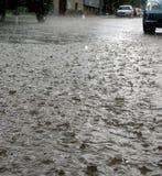 Straße am regnerischen Tag Lizenzfreies Stockfoto