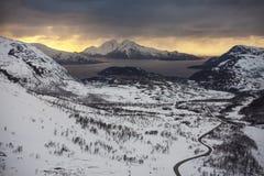 Straße in Richtung zu den norwegischen Fjorden lizenzfreie stockbilder