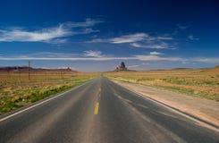 Straße in Richtung zum Monument-Tal in der Navajo-Nation lizenzfreie stockfotografie