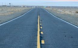 Straße in Richtung zum See in Nevada Stockbilder