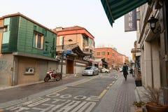 Straße in Seoul mit den traditionellen und modernen Häusern Lizenzfreie Stockfotos
