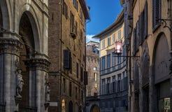 Straße in Siena mit tipical italienischem arhitecture Lizenzfreie Stockfotos