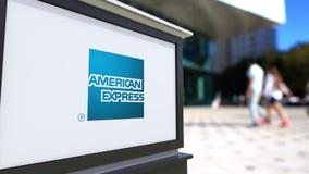 Straße Signagebrett mit American Express-Logo Unscharfe Büromitte und gehender Leutehintergrund Redaktionelles 3D Lizenzfreie Stockfotografie