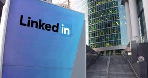 Straße Signagebrett mit LinkedIn-Logo Moderner Büromittewolkenkratzer und Treppenhintergrund Redaktionelle Wiedergabe 3D Stockbilder