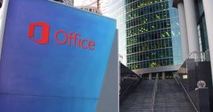 Straße Signagebrett mit Microsoft Office-Logo Moderner Wolkenkratzer und Treppenhintergrund Redaktionelle Wiedergabe 3D Lizenzfreie Stockfotos