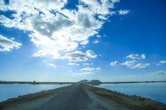 Straße in Siwa-Insel in Ägypten, an einem sonnigen Tag mit einem schönen blauen Himmel mit Wolken Stockfotos