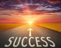 Straße am Sonnenuntergang und an Zeichen das, die Erfolg symbolisieren stockfotografie