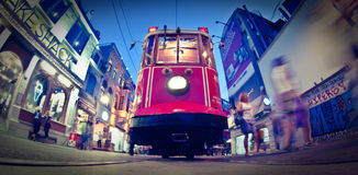 Straße Taksim Istiklal, rote Tram stockbilder