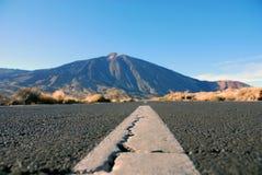 Straße an Teide-Enden auf dem Horizont stockfotografie