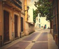 Straße Tossa de Mars, Spanien, Carrer-La Guardia am Sommertag Lizenzfreie Stockbilder