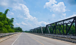 Straße und Bahnbrücke. Lizenzfreie Stockfotos