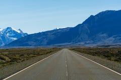 Straße und Bergblicke im Nationalpark Nationalpark Los Glaciares Fall in Patagonia, die Argentinien-Seite stockfotos
