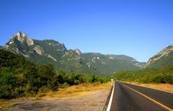Straße und Berge Stockfotografie