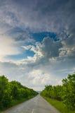 Straße und bewölkter Himmel Stockfoto