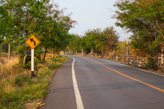 Straße und biegen Zeichen nach links ab Lizenzfreie Stockbilder