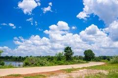 Straße und blauer Himmel Lizenzfreie Stockbilder