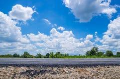 Straße und blauer Himmel Stockfotografie