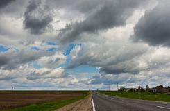 Straße und drastischer stürmischer Himmel Lizenzfreie Stockfotos