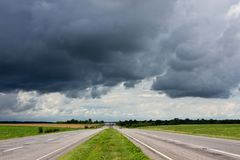 Straße und drastischer stürmischer Himmel Stockbilder