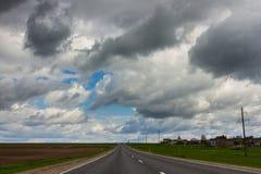 Straße und drastischer stürmischer Himmel Lizenzfreie Stockfotografie