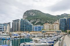 Straße und Felsen von Gibraltar und von Ozean-Dorf lizenzfreies stockfoto