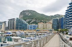 Straße und Felsen von Gibraltar und von Ozean-Dorf stockfotografie