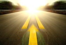 Straße und gelber Pfeil Stockfotos