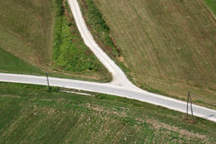 Straße und grünes Feld Stockfotos