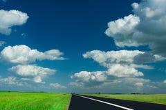 Straße und Himmel Stockbilder