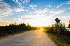 Straße und Himmel im Sonnenuntergang Stockbild