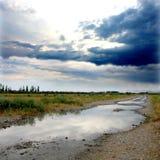 Straße und Himmel nach Regen Stockbilder