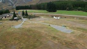 Straße und Hubschrauber-Landeplatz auf Hintergrund von grünen Bergen und von Holz in Neuseeland stock video