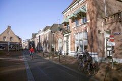 Straße und nutsgebouw in der niederländischen Stadt von Nijkerk stockbild