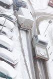 Straße und parkendes Auto bedeckt im Schnee nach Blizzard Lizenzfreie Stockbilder