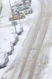 Straße und parkendes Auto bedeckt im Schnee nach Blizzard Stockfotografie