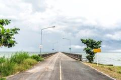 Straße und Pier im cloundy Himmel Stockfotos