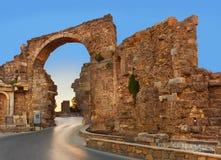 Straße und Ruinen in der Seite, die Türkei am Sonnenuntergang Lizenzfreie Stockfotos