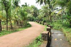 Straße und Runnel throug ein Bauernhof Stockbilder