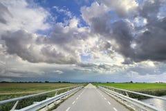 Straße und schöner blauer Himmel mit Wolken stockfotografie